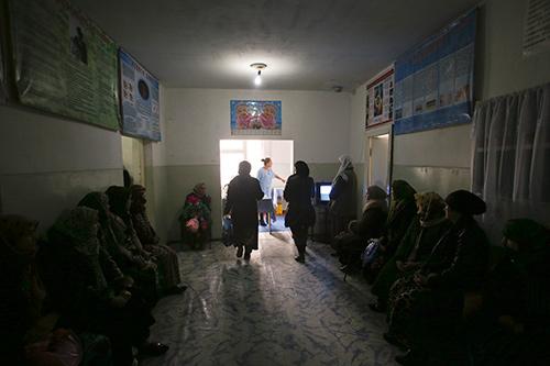Женщины в очереди к гинекологу Центра репродуктивного здоровья Рашта. © ЮНФПА Таджикистан / Нозим Каландаров