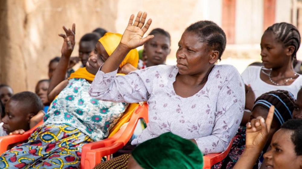 Las mujeres aprenden sobre sus derechos y la igualdad de género en un centro de conocimientos en la aldea de Malito, Shinyanga. @ UNFPA Tanzania/Karlien Truyens