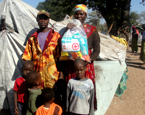 A family receives a UNFPA Dignity Kit.