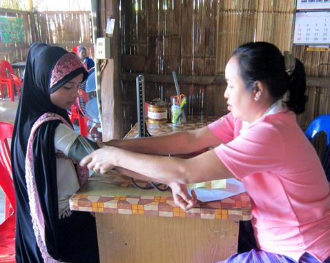A Rohingya refugee receives a health check-up.