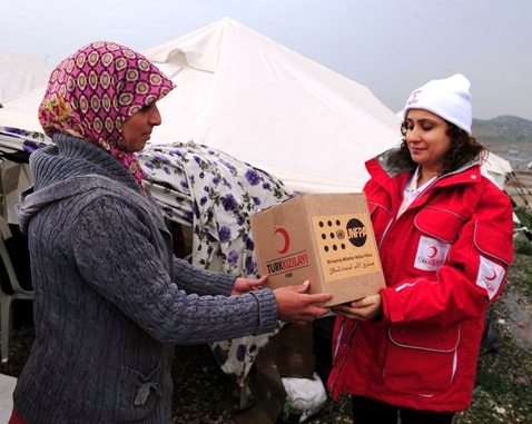A Syrian refugee receives UNFPA aid.