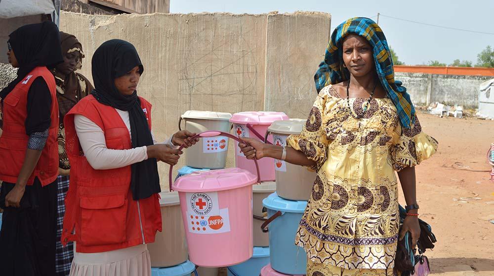 Gambie : des kits de dignité contenant des produits d'hygiène sont...