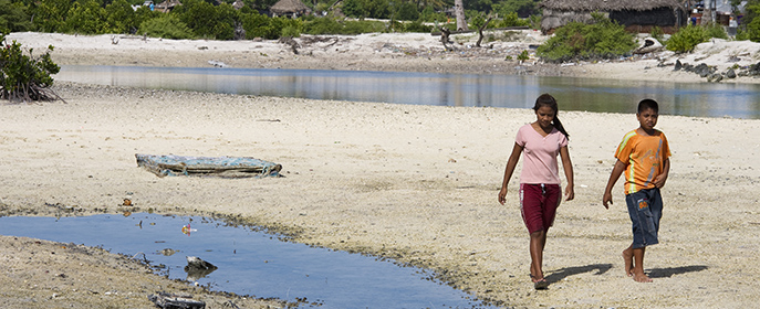 Des habitants de Kiribati, un archipel de faible altitude menacé par la montée du niveau des mers. Crédits photo: UN Photo/Eskinder Debebe