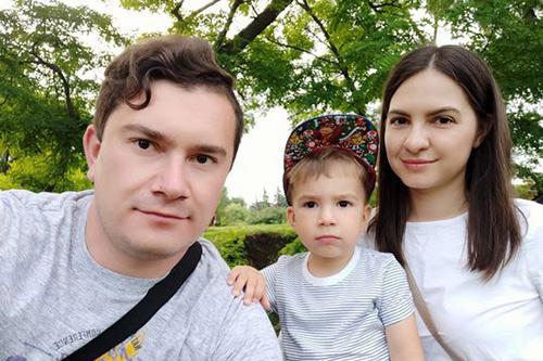 Anastasia Ciuleacu and Vitalie Maistru and their toddler son pose for a picture.