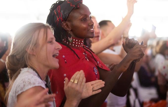 Los participantes celebran en la ceremonia de clausura en Nairobi. © Cumbre de Nairobi
