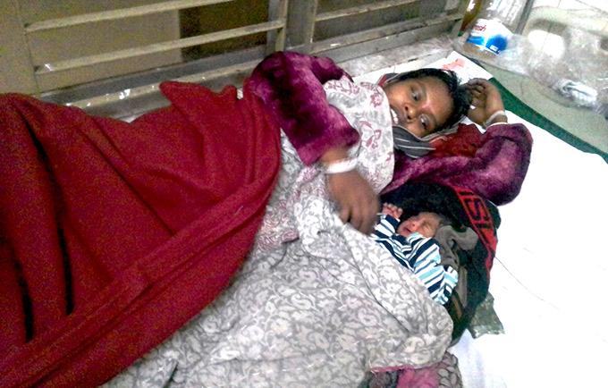 Anjana se repose aux côtés de son nouveau-né à Moulvibazar au Bangladesh. L'enfant et sa mère ont tous les deux survécu à une dystocie grâce à l'intervention d'une sage-femme. © CIPRB/Animesh Biswas