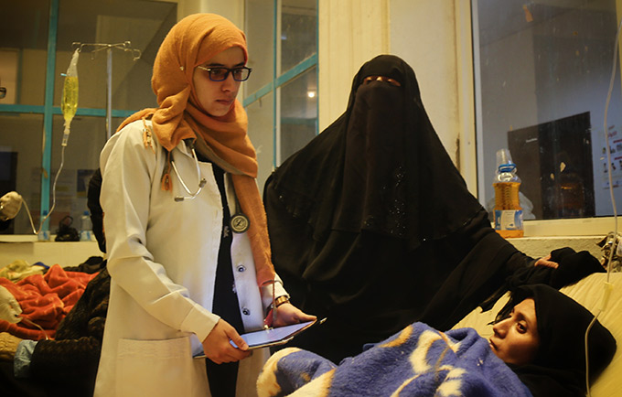 Dr. Farea at 22 May Hospital, in Sana'a, checks in on Ibtisam, a pregnant woman with cholera. © UNFPA Yemen