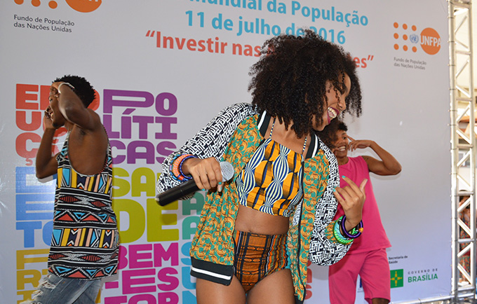 """Dream Team do Passinho launches their hit new song, """"More Rights, Less Zika"""" on World Population Day 2016. The song is a collaboration between the popular music group and UNFPA. © UNFPA Brazil/Tatiana Almeida"""