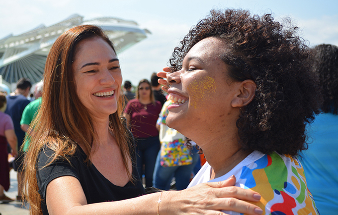 Inspired by the Rio 2016 Olympic logo, the #EuAbraço campaign celebrates diversity and raises public awareness against discrimination. © UNIC Rio/Pedro Andrade