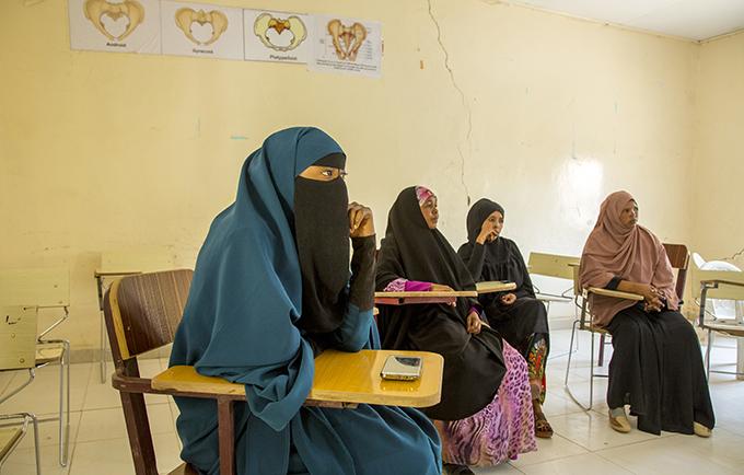 Estudiantes de partería del Instituto de Ciencias de la Salud en Hargeisa, Somalilandia están aprendiendo cómo ayudar con las complicaciones del parto causadas por la mutilación genital femenina. © UNFPA / Georgina Goodwin