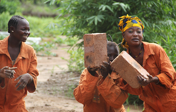 "Women work together on a building project in the Central African Republic. ""Ita Ouali"" means ""my best friend."" © UNFPA"