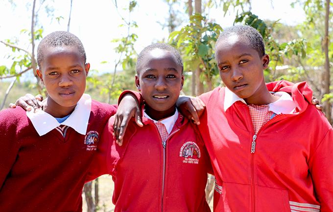 Faith (au milieu), avec ses amies Sylvia (à droite) et Vivian. Elles se sont toutes enfuies pour échapper aux mutilations génitales féminines et au mariage. © UNFPA Kenya/Douglas Waudo