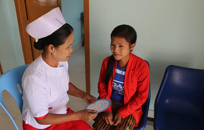 Nan Win Phyu, sage-femme au centre de santé rural Nam Khoke donne des explications sur les différentes options de contraception.© UNFPA Myanmar / Si Thu Soe Mo