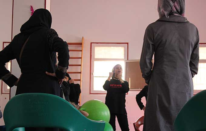 Amany Abdel-Aal, a Wen-Do instructor from the organization Etijah, teaches women how defend themselves and stand up for their rights. © UNFPA/Rebecca Zerzan