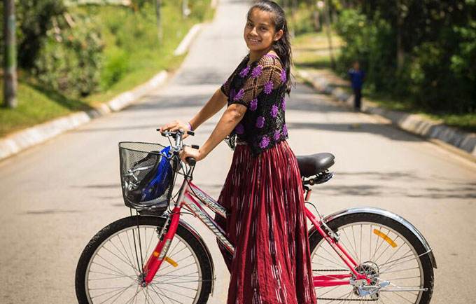 Las jovenes que viven en estas áreas rurales de Guatemala suelen recorrer grandes distancias para ir al colegio, un factor que influye en la alta tasa de deserción escolar. Las bicicletas ayudan a que ellas continúan sus estudios. © UNFPA/Alejandro De León