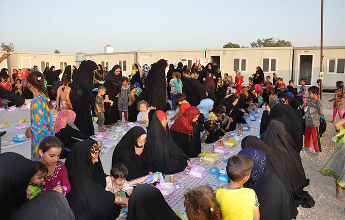 Displaced families share an Iftar meal at the women's centre in Saad Camp. © UNFPA/Eman Al Qoloub WCC /Rusul Abdul Kareem