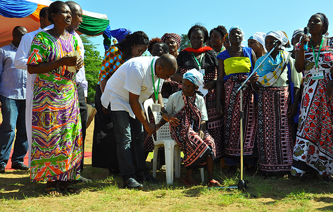 Jumwa Kabibu Kai, 77, with Kilifi County Governor Amason Kingi, at an event raising awareness about fistula. © UNFPA Kenya/Douglas Waudo