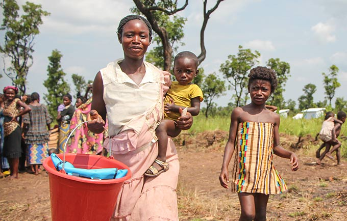 Ester et ses enfants ont fui les violences de la région du Kasaï en République Démocratique du Congo. Ils viennent d'arriver dans le camp de Lóvua, au nord-est de l'Angola. © UNFPA / Tiril Skarstein