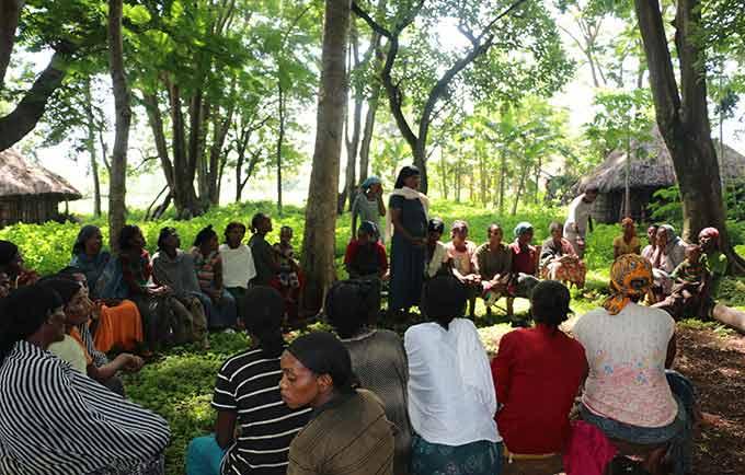 Des femmes participent à une discussion collective sur les pratiques néfastes pour les femmes et les jeunes filles et la façon d'y mettre fin. Pendant cette séance, elles parlent du mariage des enfants. © UNFPA Ethiopia/Meron Negash