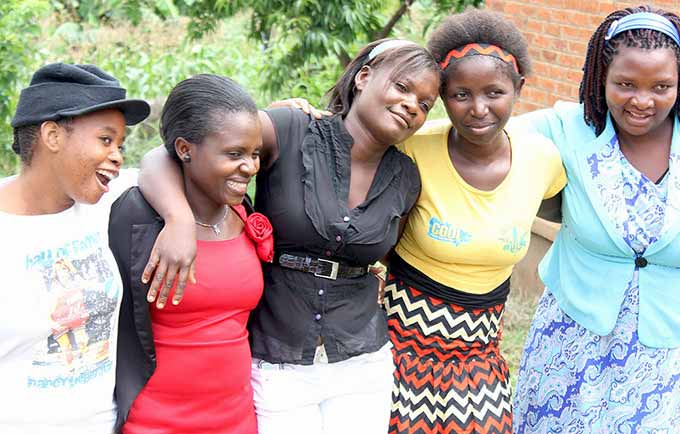 Les filles du programme Safeguard Young People (sauvegarder les jeunes) au Malawi qui fournit des informations sur la santé sexuelle et reproductive, aident les jeunes à accéder aux services de santé et offrent une formation en leadership. © UNFPA Malawi / Hope Ngwira