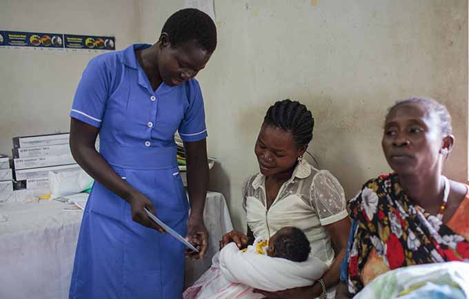Nyomon Lilian attends to a mother and her newborn at the Juba Teaching Hospital. © UNFPA South Sudan