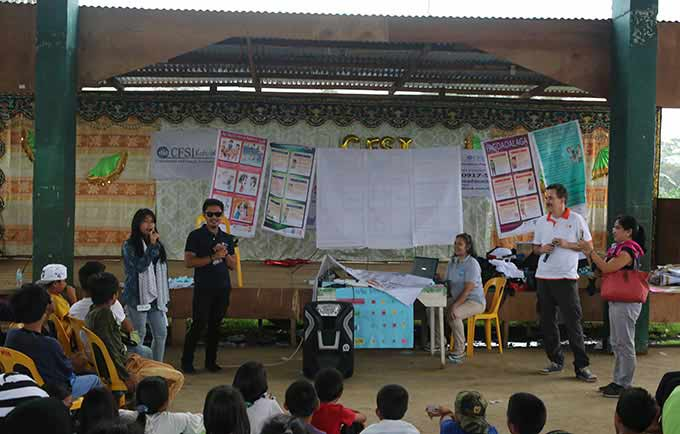 A girl shares her thoughts at UNFPA's youth outreach mission in Pantar, Lanao del Norte. © UNFPA Philippines