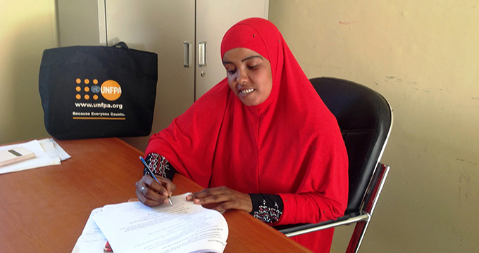 A volunteer works in the community police unit in Garowe, Somalia.  ©UNFPA/Pilirani Semu-Banda