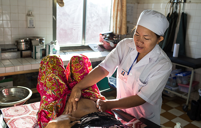 Senior midwife Yan Yan Phearen gives an antenatal exam to Net Pheak at the Waiting House for Pregnant Women with Complications, in Kratie, Cambodia. © Nicolas Axelrod/Ruom for UNFPA