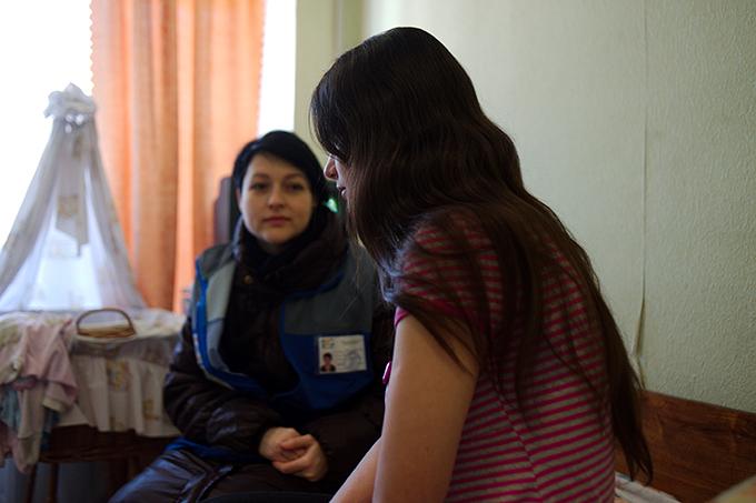 Los equipos móviles de UNFPA han llegado a miles de supervivientes afectadas por la violencia de género en Ucrania. Una joven madre es asistida por un equipo móvil de UNFPA en Sloviansk. © UNFPA / Maks Levin