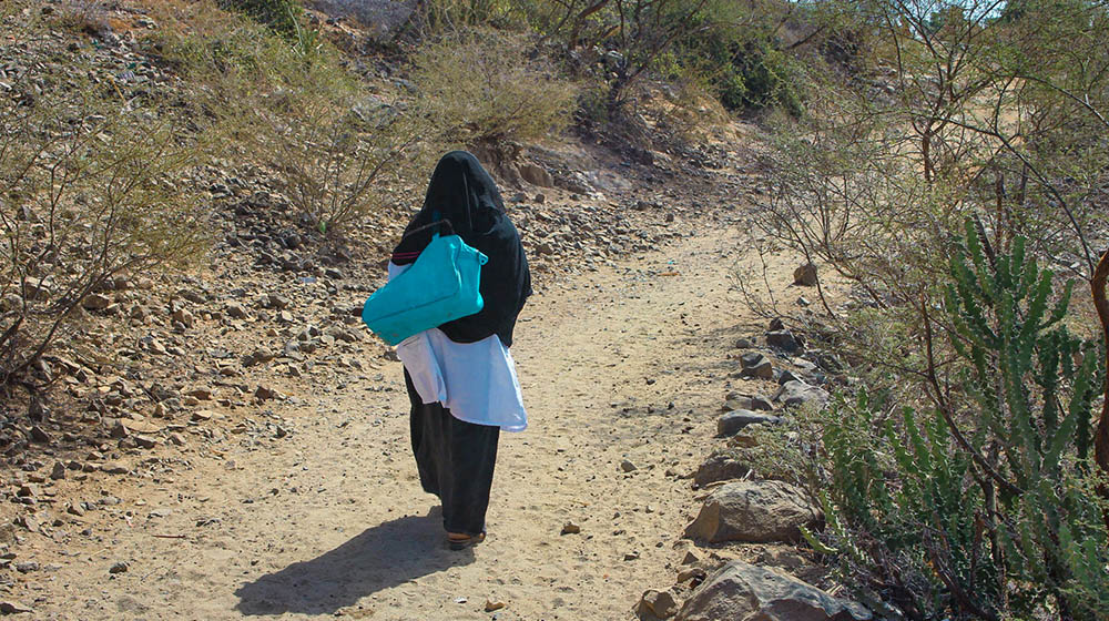 A midwife on her way to a house call in a conflict-affected village of Yemen. © UNFPA Yemen