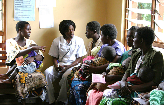 A doctor discusses family planning issues with women at the UNFPA-supported Mchinji Hospital in Malawi. © UNFPA/Pirilani Semu-Banda