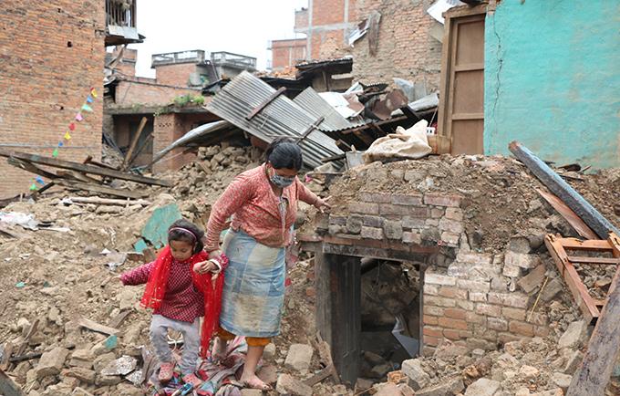Earthquake survivors survey the damage in Bungmati, on the outskirts of Kathmandu, Nepal. © UNFPA Nepal/Santosh Chhetri