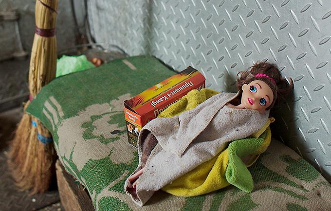"""La famille de Tatiana en Ukraine a été déchirée par les abus de son mari. Il est parti maintenant, mais elle et ses six enfants essaient encore de se reconstruire dans cette petite maison. """"Les enfants - je vis pour eux"""", a déclaré Tatiana. © UNFPA Ukraine / Maks Levin"""