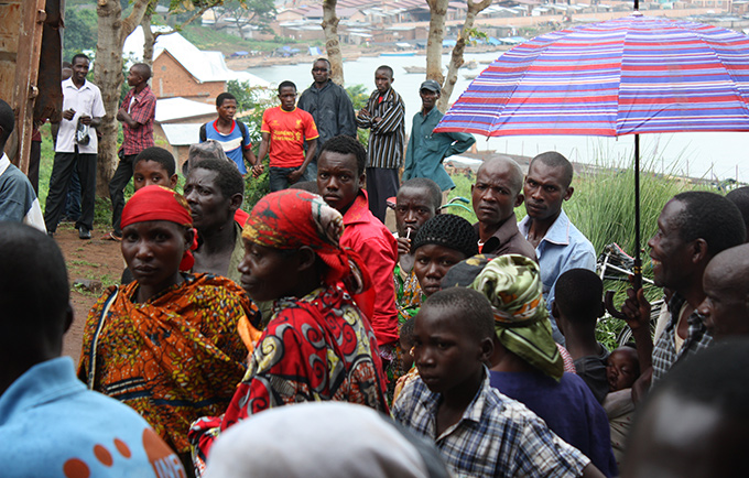 Residents wait for assistance after deadly mudslides in Muhuta, Burundi. © UNFPA/Janvier Ndizeye