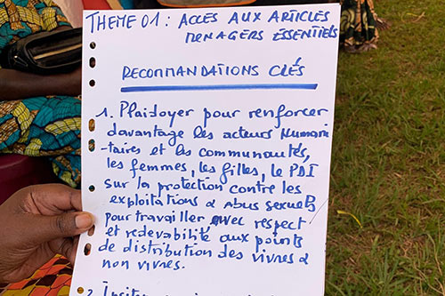 A note contains a recommendation in French asking humanitarians to improve the accountability of people running distribution sites.