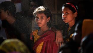 Le financement humanitaire continu du Canada va soutenir la réponse humanitaire de l'UNFPA aux besoins des femmes et des filles en matière de santé sexuelle et reproductive, - comme ces réfugiées Rohingya, de Cox's Bazar, au Bangladesh - et à les protéger lors de crises humanitaires. © UNFPA / Carly Learson