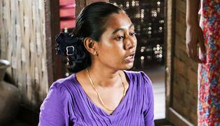 Me Me informe les adolescentes du camp sur les droits sanitaires et humains et les aide à comprendre leur propre potentiel. © UNFPA Myanmar