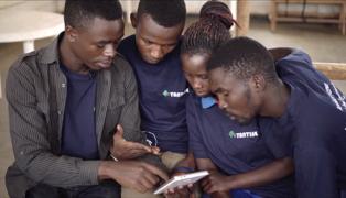 L'application mobile Tantine, développée par l'une des équipes gagnantes de la Phase 1 du programme iAccelerator de l'UNFPA, propose des informations sur la santé sexuelle et procréative destinées aux jeunes, dans un format accessible et ludique. « Nous avons pensé à l'utilisation des TIC pour créer un lien », explique la co-fondatrice Sylvie Uhirwa, « pour sensibiliser des jeunes qui n'ont peut-être aucune autre source d'information fiable ». © UNFPA Rwanda
